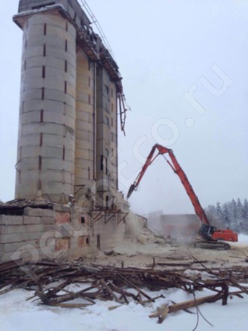 Разборка корпуса башни экскаватором-разрушителем. Утилизация бетонного слома, Демонтаж силосной башни